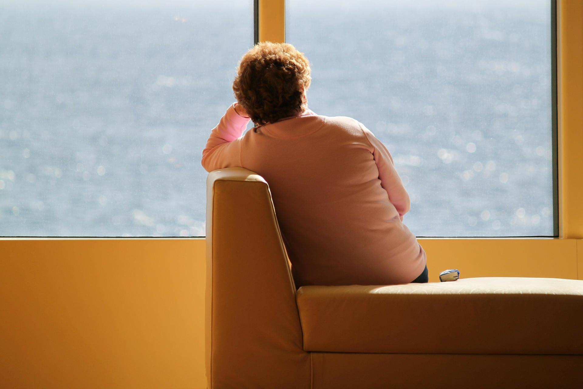 femme solitaire pensante