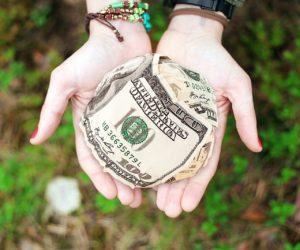 argent en boule dans les main